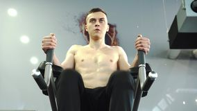 Atleta de sexo masculino Training Abdomen de los j?venes fuertes y m?sculos de la base almacen de video