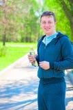 Atleta de sorriso com a garrafa da água Foto de Stock Royalty Free