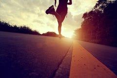 Atleta del corredor que corre en el camino de la playa fotografía de archivo libre de regalías
