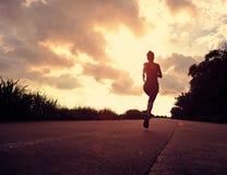 Atleta del corredor que corre en el camino de la playa Foto de archivo