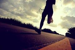 Atleta del corredor que corre en el camino de la playa Fotos de archivo libres de regalías