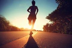Atleta del corredor que corre en el camino de la playa Fotografía de archivo