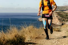 Atleta del corredor que corre en rastro de montaña Fotografía de archivo libre de regalías
