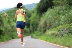 Atleta del corredor que corre en rastro del bosque Imagen de archivo