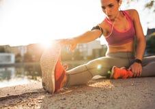 Atleta del corridore che allunga le gambe Immagini Stock