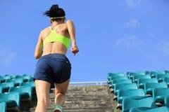 atleta del corridore della donna corrente su sulle scale Fotografie Stock Libere da Diritti