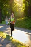 Atleta del corridore della donna in parco Allenamento di alba Fotografie Stock Libere da Diritti