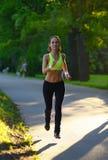 Atleta del corridore della donna in parco Allenamento di alba Immagine Stock Libera da Diritti