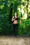 Atleta del corridore della donna in parco Allenamento di alba Fotografia Stock