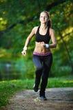 Atleta del corridore della donna in parco Allenamento di alba Fotografia Stock Libera da Diritti