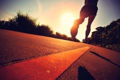 Atleta del corridore fatto funzionare alla strada della spiaggia Fotografia Stock Libera da Diritti