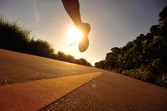 Atleta del corridore fatto funzionare alla strada della spiaggia Fotografia Stock
