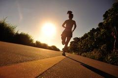 Atleta del corridore fatto funzionare alla strada della spiaggia Fotografie Stock