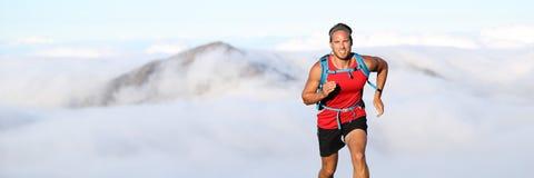 Atleta del hombre del corredor del rastro que corre en montañas fotografía de archivo