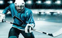 Atleta del jugador del hockey sobre hielo en el casco y guantes en estadio con el palillo Tiro de la acción Concepto del deporte fotografía de archivo libre de regalías