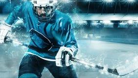 Atleta del jugador del hockey sobre hielo en el casco y guantes en estadio con el palillo Tiro de la acción Concepto del deporte foto de archivo
