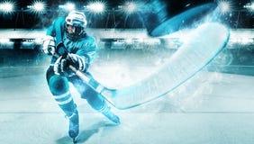 Atleta del jugador del hockey sobre hielo en el casco y guantes en estadio con el palillo Tiro de la acción Concepto del deporte fotografía de archivo