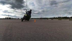 Atleta del motociclista che manovra fra i coni stock footage