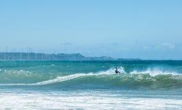 Atleta del surfista dell'aquilone sulla grande onda del mare Sport estremi Immagine Stock