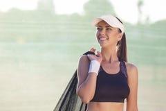 Atleta del tenis profesional con la malla del tenis Imagen de archivo