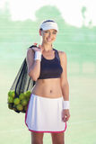 Atleta del tenis profesional con un un montón de pelotas de tenis Foto de archivo