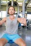 Atleta dell'uomo di forma fisica della palestra che fa esercizio del petto Fotografia Stock