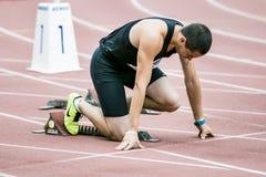 Atleta dell'uomo nella posizione di partenza Immagini Stock Libere da Diritti