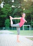 Atleta della donna che allunga prima della forma fisica e dell'esercizio, all'aperto Immagine Stock Libera da Diritti