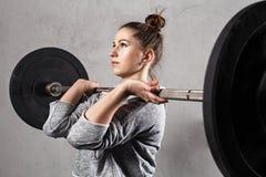 Atleta della donna che fa allenamento di inter-misura Immagine Stock