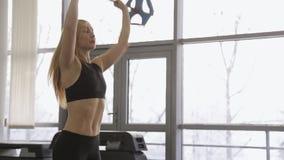 Atleta della donna che utilizza CrossFit nella palestra back stock footage