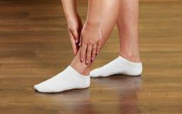 Atleta della donna con la ferita alla caviglia Fotografie Stock