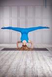 Atleta della ginnasta della donna in un costume speciale per forma fisica Fotografie Stock Libere da Diritti