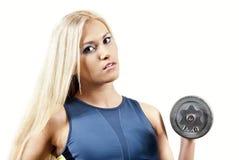 Atleta della ragazza con i pesi Immagini Stock