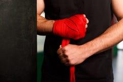 Atleta delle mani con gli involucri del polso immagini stock libere da diritti