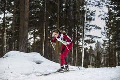Atleta dello sciatore della ragazza che scende montagna sugli sci Fotografia Stock