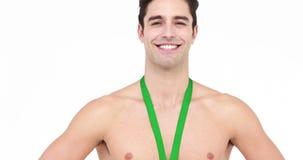 Atleta descamisado sonriente con la medalla que muestra el pulgar para arriba almacen de metraje de vídeo