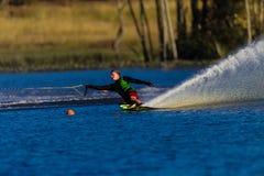 Atleta di corsa con gli sci di acqua che intaglia spruzzo Fotografie Stock Libere da Diritti