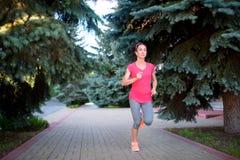 Atleta di forma fisica che si prepara da solo Corridore della donna che pareggia all'aperto E Fotografia Stock Libera da Diritti