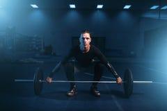 Atleta di forza su addestramento, allenamento con il bilanciere Fotografia Stock Libera da Diritti