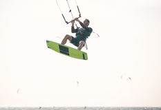Atleta di Kiteboarder che esegue i trucchi kitesurfing kiteboarding Fotografia Stock