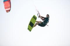 Atleta di Kiteboarder che esegue i trucchi kitesurfing kiteboarding Fotografie Stock