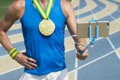 Atleta di pista della medaglia d'oro Taking Selfie Fotografie Stock Libere da Diritti
