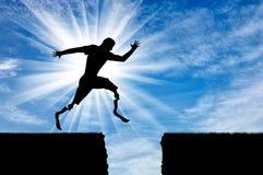 Atleta disabile con la gamba prostetica che salta durante il giorno del precipizio Fotografia Stock Libera da Diritti
