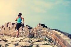 Atleta do corredor da mulher que corre na fuga no Grande Muralha chinês Fotos de Stock Royalty Free