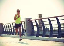 Atleta do corredor que corre no beira-mar Imagem de Stock Royalty Free
