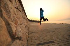 Atleta do corredor que corre no beira-mar Imagens de Stock
