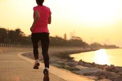 Atleta do corredor que corre no beira-mar Fotografia de Stock Royalty Free