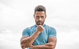 atleta do homem no tshirt azul do esporte Forma do Sportswear Homem muscular com barba Homem pensativo isolado no branco fotos de stock