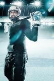 Atleta do jogador de hóquei em gelo no capacete e luvas no estádio com vara Tiro da ação Conceito do esporte imagens de stock royalty free