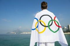 Atleta Draped in bandiera olimpica Rio de Janeiro Immagini Stock